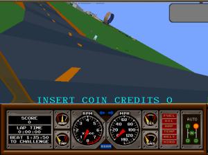 Hard Driving' da Atari. Note que o carro esta inclinado lateralmente e tem um looping no fundo da imagem.